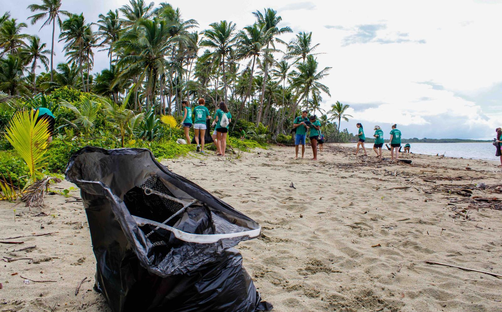 Voluntarios ambientales limpiando una playa en Fiyi.